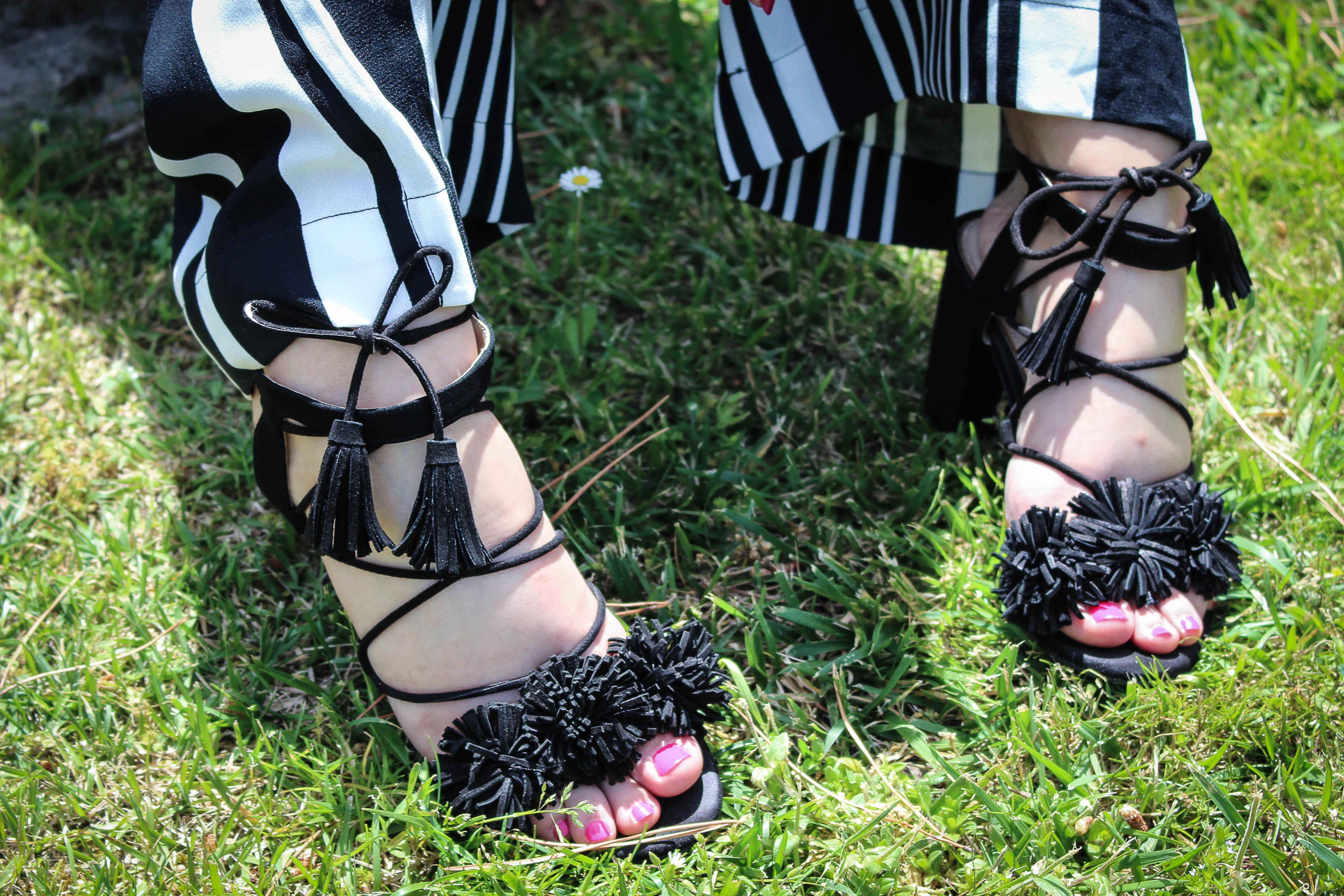 Sandales à lacets noires avec pompons