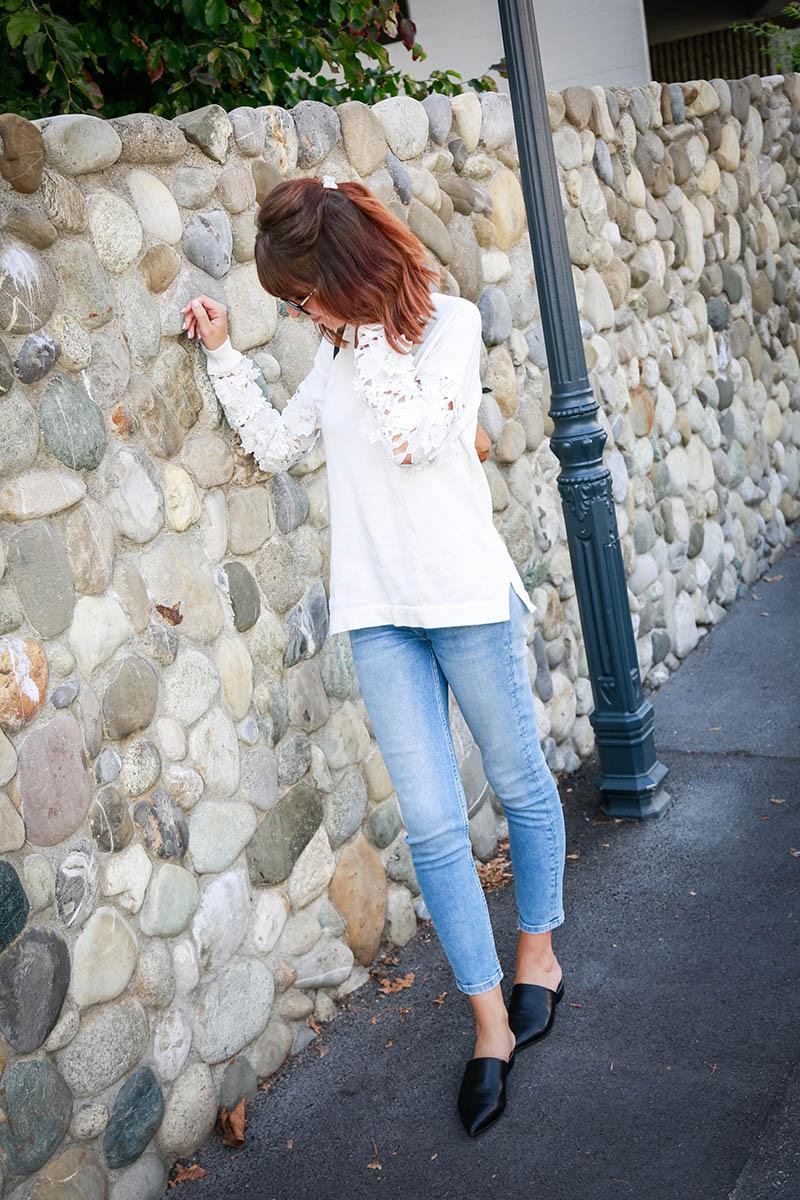 Pull à dentelle et broderie avec jean taille haute et mules plates à bouts pointus