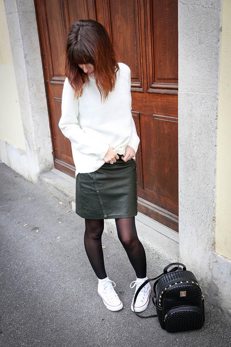 Pull et mini-jupe en cuir