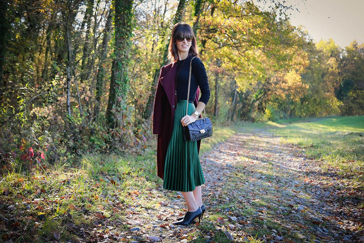 Manteau bordeaux et jupe plissée verte