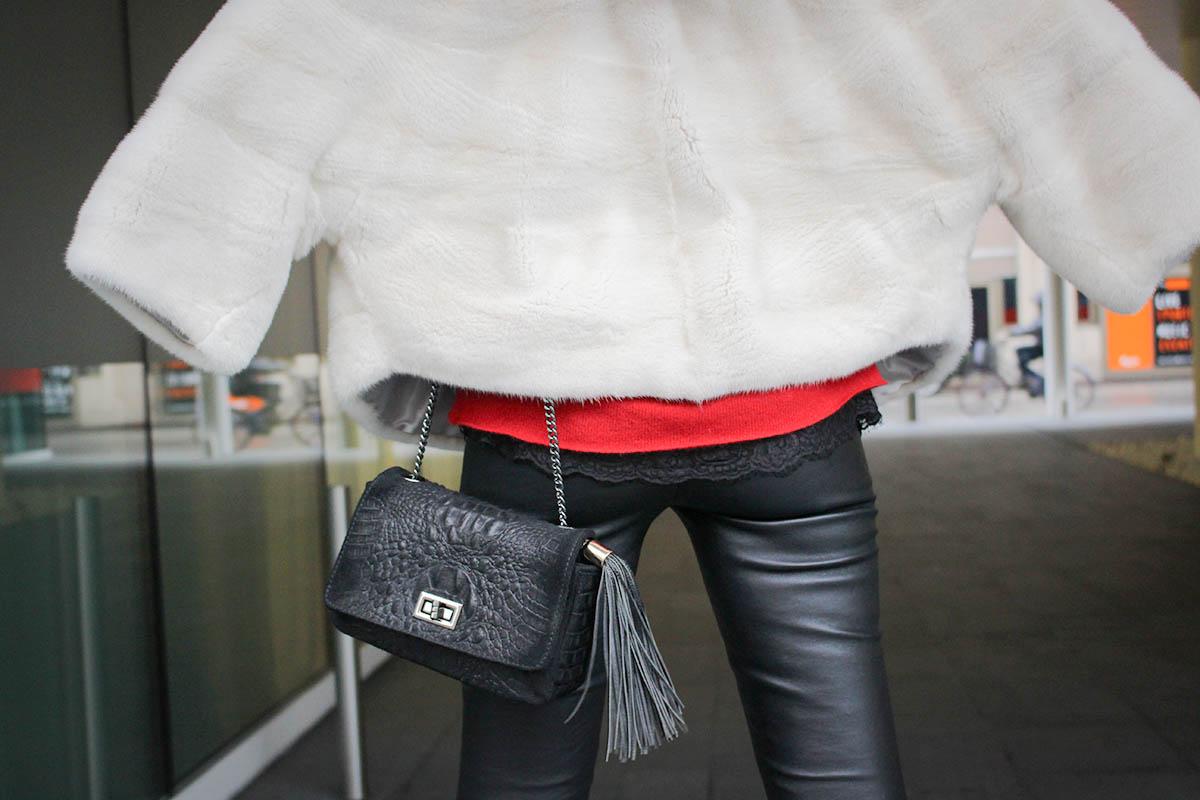 Fourrure écru, pantalon cuir et pull cachemire rouge