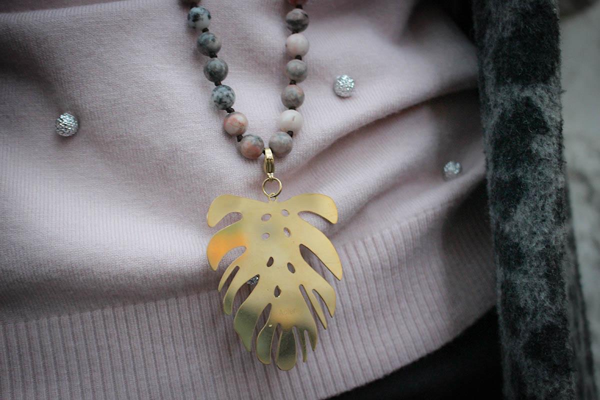 Pull rose poudré perles, jean gris perles, manteau léopard gris