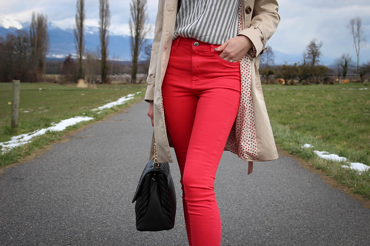 Pantalon rouge et trench