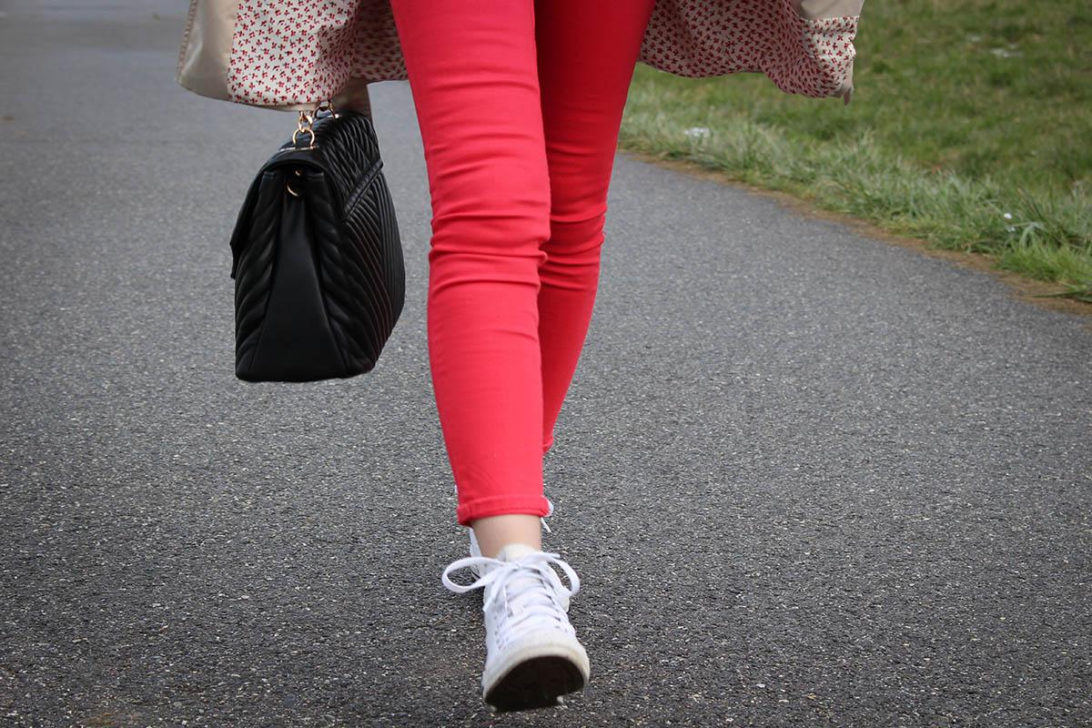 Pantalon rouge et trench