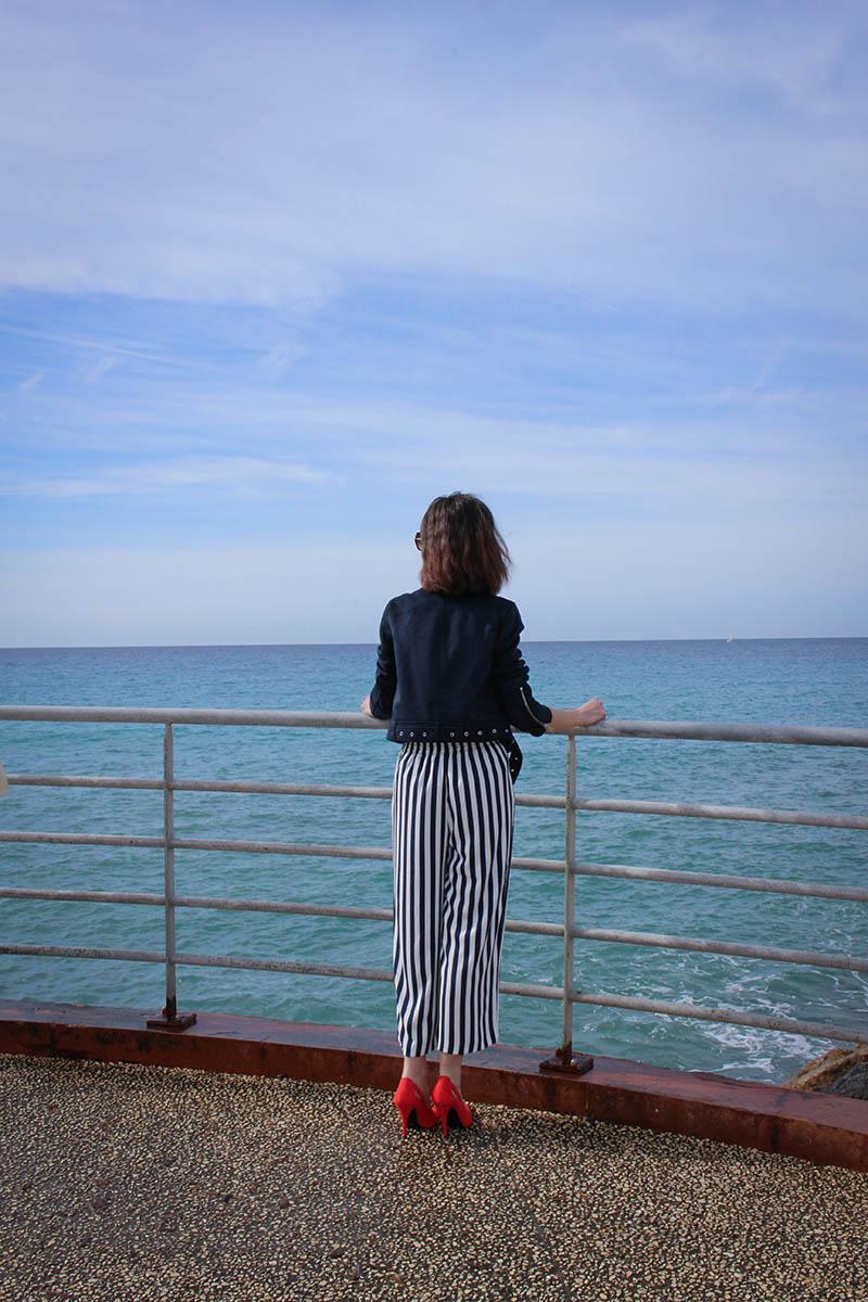 Pantalon fluide à rayures et perfecto bleu marine